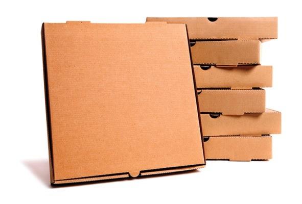 Giấy carton được sản xuất dựa trên bột gỗ tự nhiên hoặc dùng các loại giấy cũ để tái chế lại