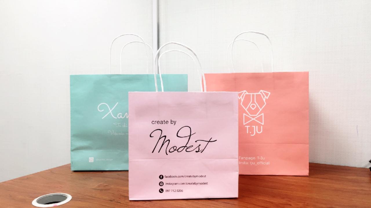 Túi giấy đựng mỹ phẩm là sản phẩm không thể thiếu tại các cơ sở kinh doanh mỹ phẩm