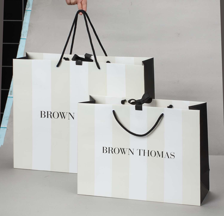 Cửa hàng thời trang cao cấp, hàng hiệu cần sử dụng chất liệu tương xứng như giấy Bristol, Ivory