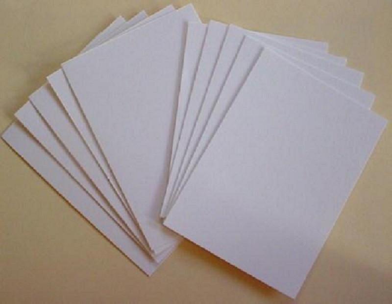Dùng giấy A4 đo và cắt thành những mảnh nhỏ để làm ruột sổ